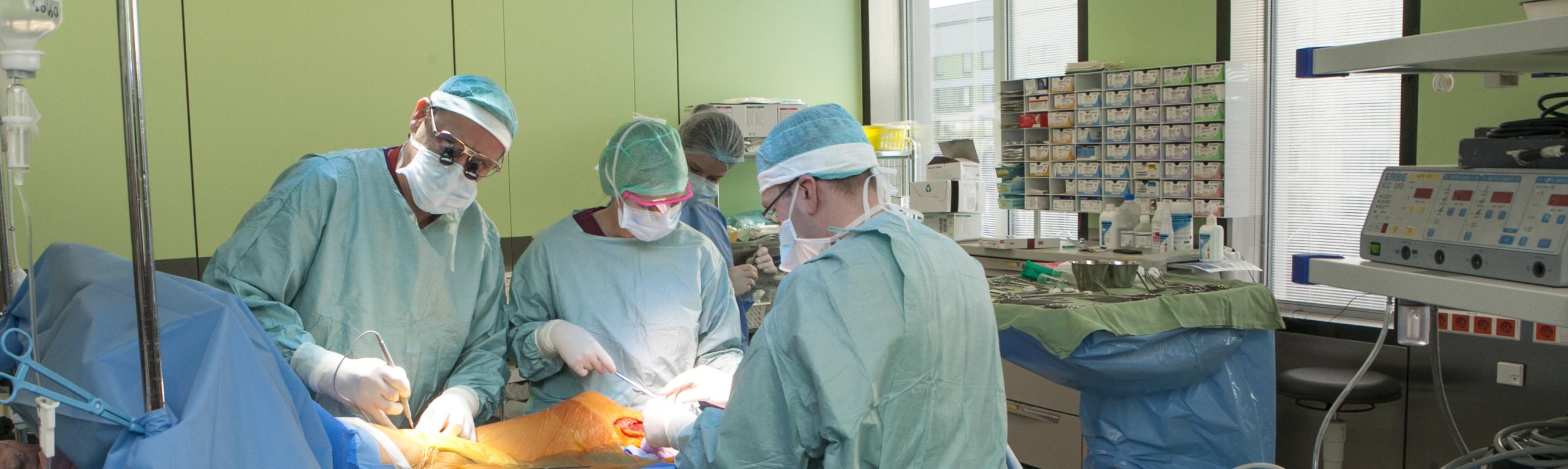 Vaskulaarkirurg-ülemarst dr Andres Idla operatsioonil