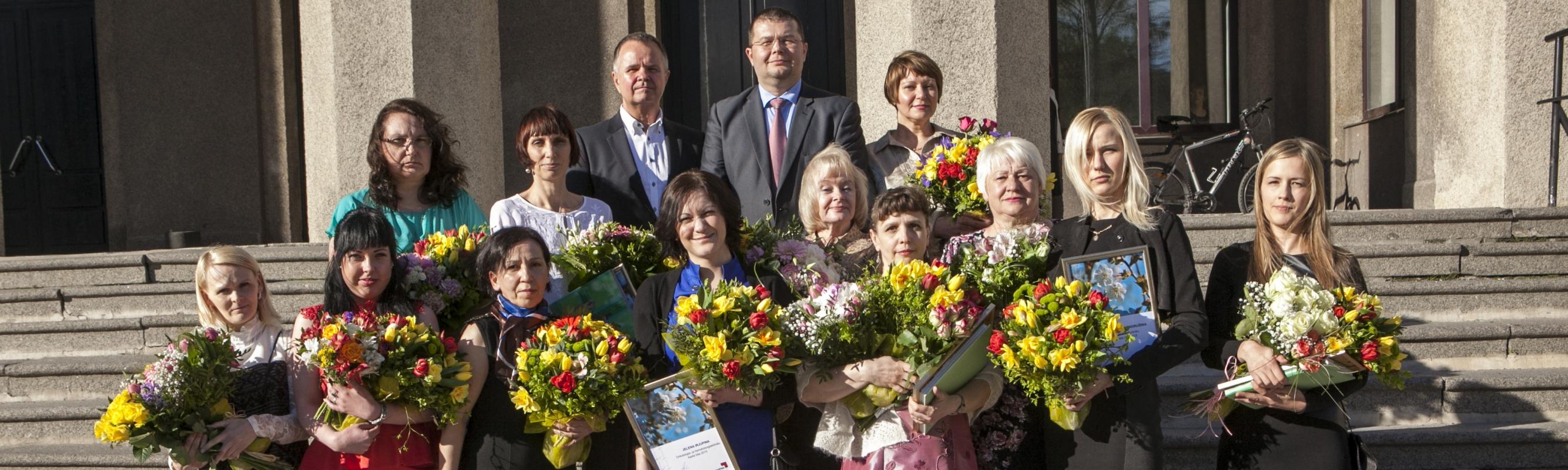 Põhja-Eesti Regionaalhaigla 2015. aasta parimad õed ja hooldajad koos haigla ülemarsti Andrus Remmelgase ja õendusdirektori Aleksei Gaidajenkoga.