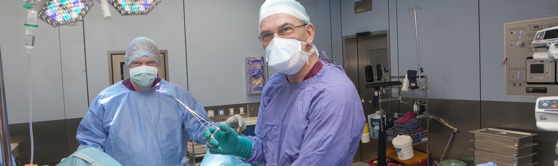 Dr Peep Baum ja dr Ülo Zirel operatsioonil