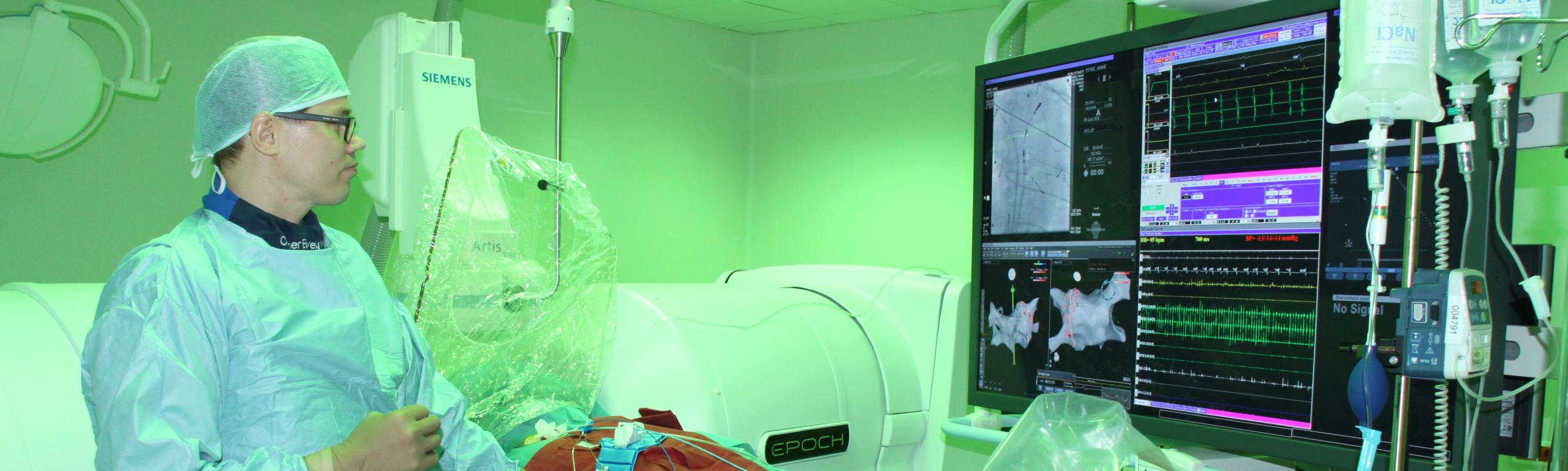 Dr Kaido Hanni kasutamas 3D piltdiagnostikaga varustatud robot-magnetnavigatsioonisüsteemi Stereotaxis