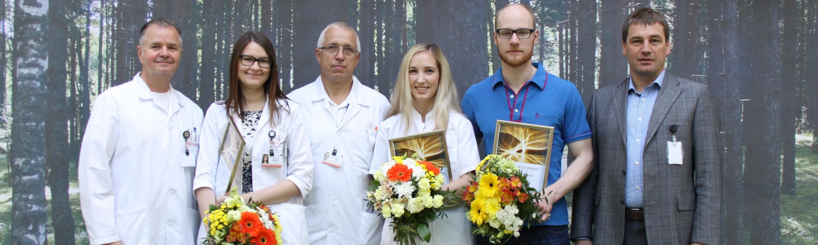 2015. aasta Noore Arsti Stipendiumi saanud noored tohtrid haigla ülemarsti dr Andrus Remmelgase ja juhatuse esimehe Tõnis Allikuga.