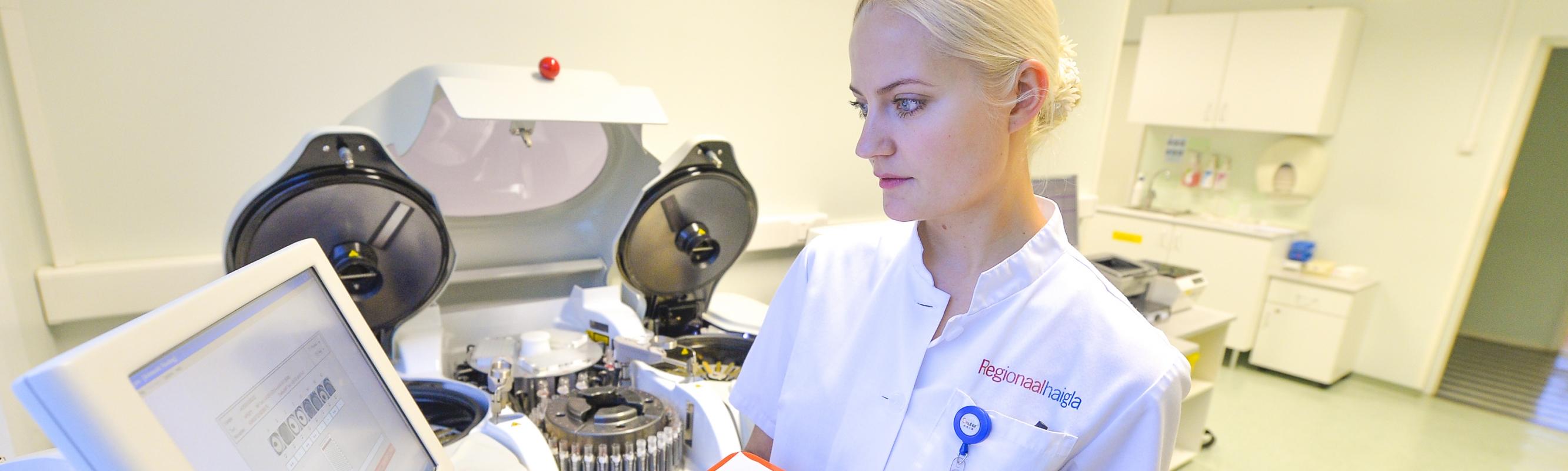 Laborispetsialist Liina Teder määrab doonori veregruppi