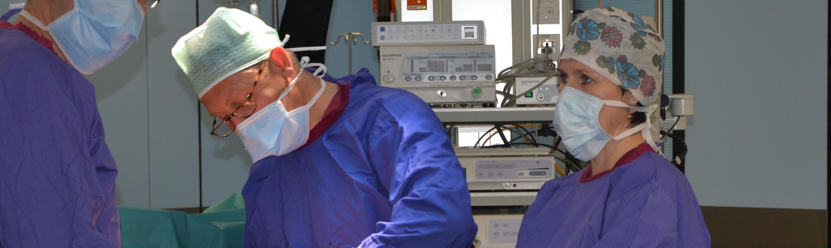 Kliiniku juhataja uroloog dr Leonhard Kukk operatsioonil