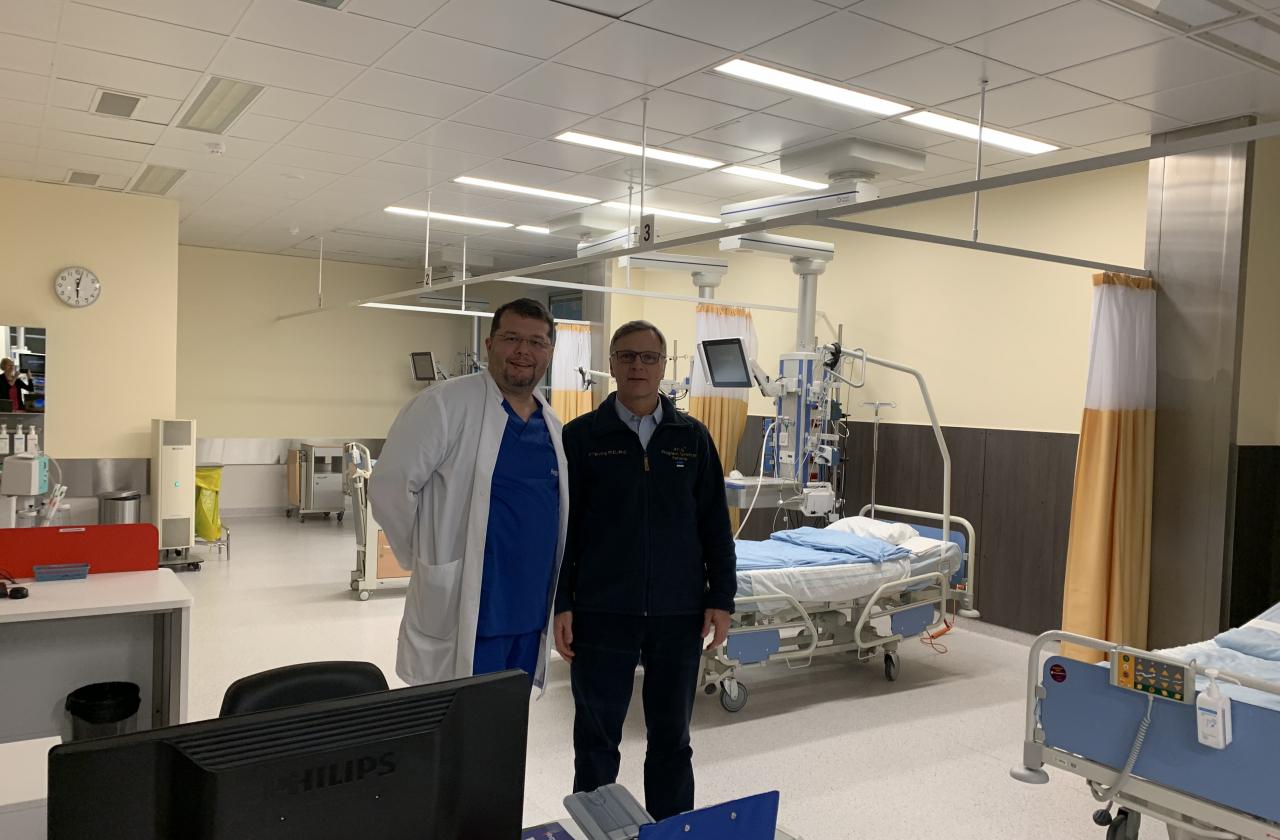 Prof Peep Talving ja õendusdirektor Aleksei Gaidajenko uut osakonda üle vaatamas