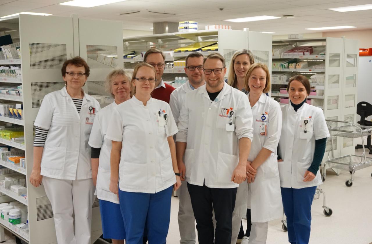 Haiglaapteegi meeskond, juhtaudiitor Reet Ruuto ning kvaliteedisüsteemide talituse juhataja Raul Ratasep viimase auditi päeva lõpus.