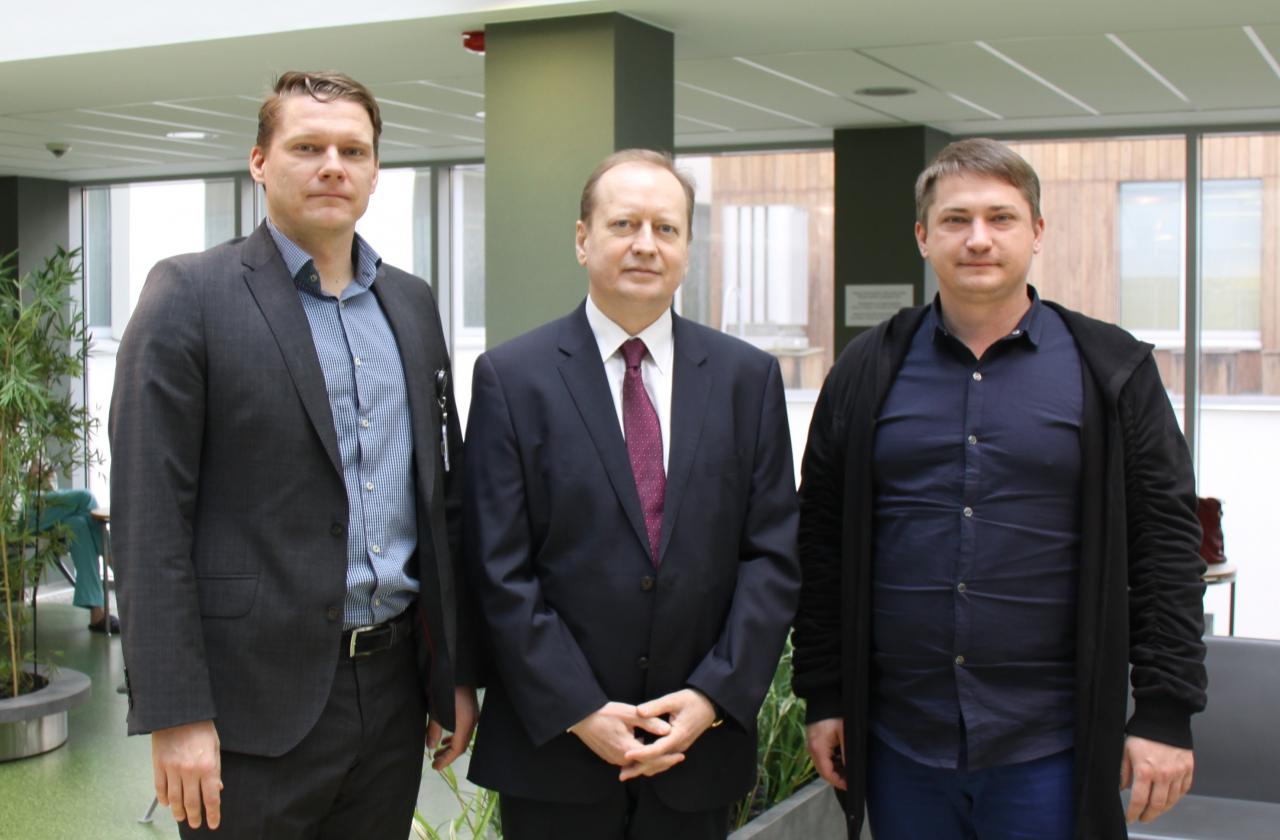 Regionaalhaigla juhatuse esimees Agris Peedu, Ukraina suursaadik Viktor Krõžanivski ja Ukraina delegatsiooni juht Pavel Gorinov.