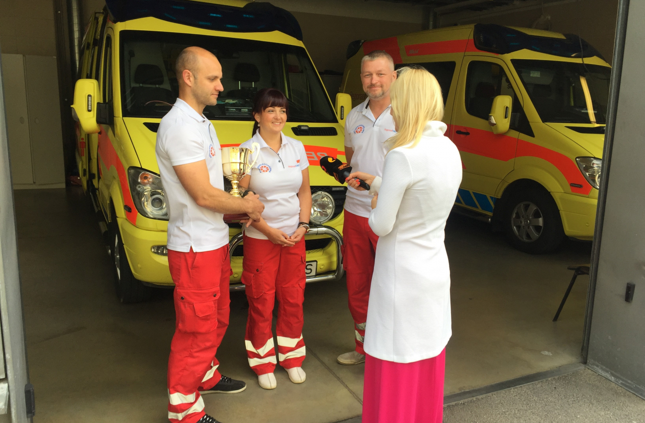 Regionaalhaigla kiirabikeskuse võistkond võitis kiirabivõistlustel karika. Võistkond annab intervjuud Kanal2-le.
