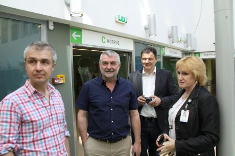 Regionaalhaigla klienditeeninduse teenistuse juhataja Annely Karjama  HOPE programmis osalejatele ekskursiooni tegemas